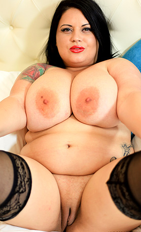 Katie Black Pussyplay in bed